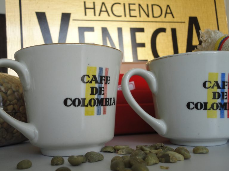 two coffee mugs saying cafe de Colombia